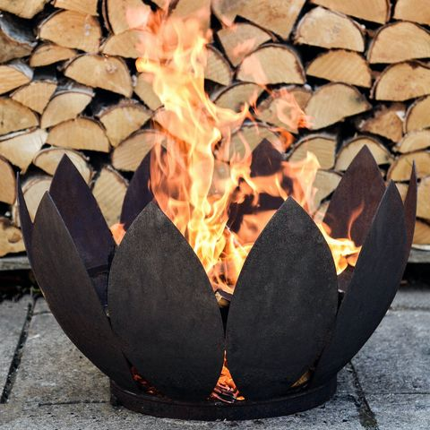 Lighting a outdoor fire pit